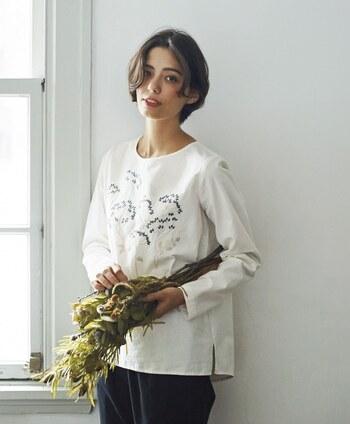 どんなコーデにも合わせやすいシンプルなUネックの刺繍トップス。儚げな雰囲気漂う花刺繍で大人っぽく着られます。綿100%なので肌触りも良いですよ。
