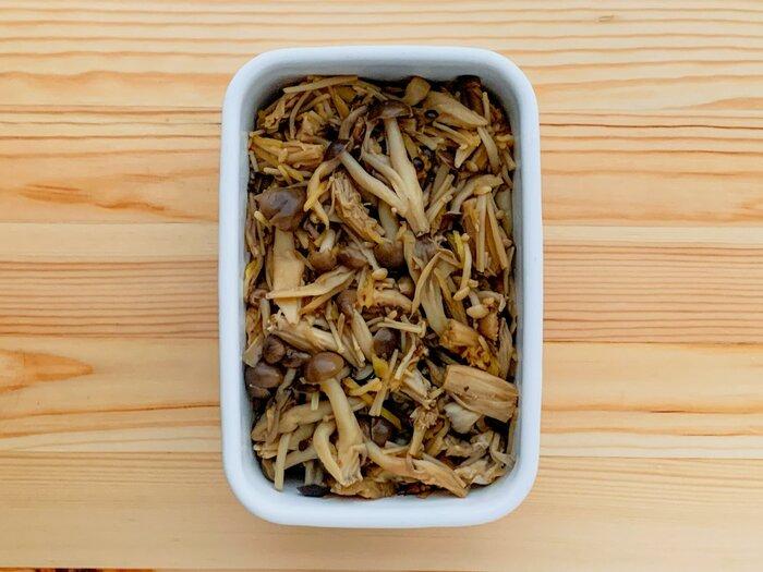 3種以上のきのこでつくるどこか懐かしいような甘辛煮です。  きのこと生姜を一緒に酒蒸しにして、ふんわりとした優しい味わいに。しょうゆとみりんの調味液は和の基本ともいえる味わいです。豆腐の上にのせたり、ごはんのお供にもぴったり。量を調整しやすいので、お弁当のすきまを埋めるのにもおすすめです。