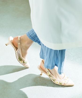 チュール生地にフラワー刺繍をプラスしたロマンティックな一足。フェミニンな要素をプラスしたときに大活躍。透け感があるので、足元に軽さが生まれます。