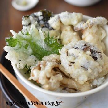 3種のきのこに大葉と海苔を加えて天ぷらに。  天ぷら仕立てにすると、きのこでもボリューム感が出て大満足のおかずに仕上がります。衣には卵ではなく、マヨネーズを入れてサクッと軽い食感に。  しいたけは火が通りやすいように、十字に切れ込みをいれておくといいですね。