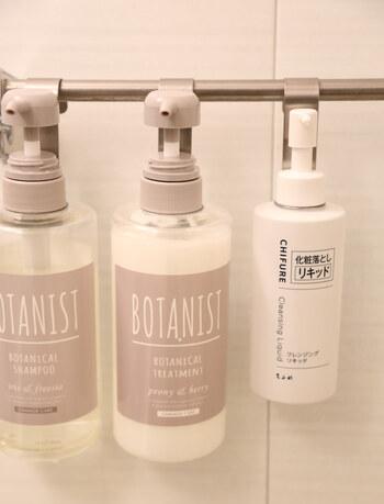 セリアをはじめ100均の各お店で手に入る、ボトルハンギングフック。シャンプーボトル用の他、クレンジング用のサイズ違いもあります。浴室のタオルバーに掛ければヌメリを防いで掃除もラクに。