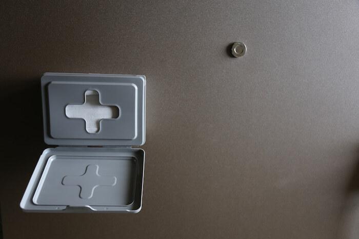 セリアのウェットティッシュケースをマスク入れとしてアレンジ。玄関ドアに貼ってはがせるタイプの強力両面テープで固定しています。靴を履いてから「あ、マスク!」となった時もサッと取れますね。