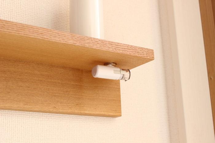 マグネットを使って印鑑を目隠し収納。棚の裏と印鑑にマグネットを貼り付けるだけで簡単にできますよ。ワンアクションで取れるので、宅配便が来た時もスムーズ!