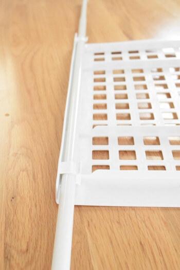 こちらはダイソーのつっぱり棒用の棚。つっぱり棒2本に引っかけると簡単に棚が増やせる便利アイテムです。下駄箱など棚を増やしたい時に役立ちます。