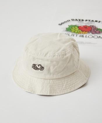 アメリカの下着メーカーフルーツオブザルーム。懐かしさを感じるフルーツのロゴが入ったデザインが、近年カジュアルな着こなしとマッチすることから人気上昇中。帽子も大人のカジュアルファッションに合わせるとオシャレです。
