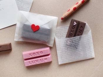 ワックスペーパーで作った封筒に、手作りのお菓子を入れて。友チョコなど、たくさんおすそ分けするときにもおすすめ!