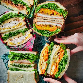 一週間分のサンドイッチアイデアのレシピです。フレッシュハーブを入れるだけで、スパイシーな風味が楽しめます。 レタスとの相性がいいので、サンドイッチにぴったりです。  せっかくハーブを育てているのに出番がないという方。まずはサンドイッチに活用してみませんか? ハーブソルトで作るチキンフライも必見です。