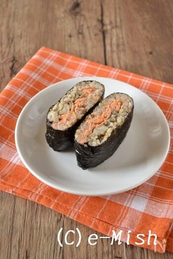 焼鮭とバター醤油で炒めたきのこをはさんだおにぎらずです。  おにぎりといえば、やっぱり鮭はなくてはならない存在。色合いが華やかで、カットしたときの断面もとてもきれいに見えます。合わせるのは、バター醤油のこっくり味が美味しいきのこ。まいたけとえのきは小さめにカットしておくと、鮭との馴染みもよく、食べやすくなります。