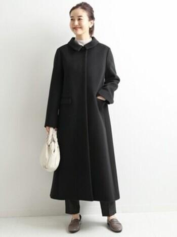 トラペーズコートとは台形に見えるかたちのコートのこと。  ロング丈のトラペーズコートは素材によっては重く見えてしまいますが、こちらのコートはすっきりとした生地感とハリのある素材感で軽やかさもありますよね。
