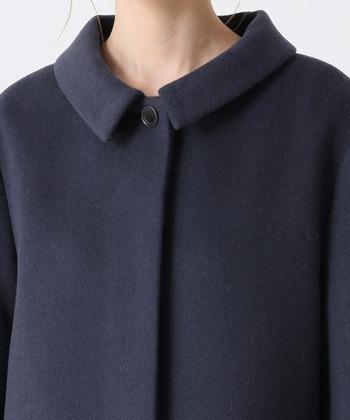 小さめの襟は首元からすこし離して立体的に。インナーにタートルネックやハイネックを着ても、もっさりと見えないように工夫されています。これなら、顔周りに明るめの色を持ってくることもできますよ。