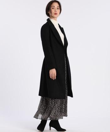 リボンベルトでウエストマークすると足長効果も抜群。ロング丈のスカートとのバランスもよく、フォーマルな装いにもよく似合います。