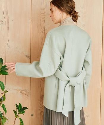 丸みを帯びた優しい立体的なシルエットのリバー仕立てのコートです。さらりとした表面感がとても軽やかな雰囲気。  幅が広めの共布ベルトのつけ外し、締め方で印象を簡単に変えられます。