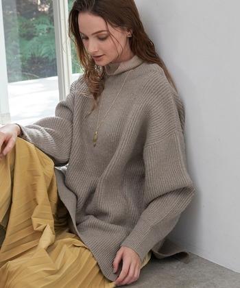 腰にかかるゆったりとしたビッグシルエットデザインのニットです。長めの着丈は、温かく、気になる腰回りもきれいに隠してくれますよ。  細い畝の編地が縦のラインを強調して、ボリュームがあるのにすっきりとした印象に。