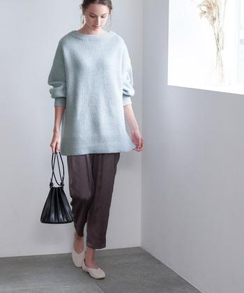 細めのパンツやタイトスカートとも相性抜群。チャコールグレー、ミント、ベージュ、サックスブルーと淡めのカラー展開なので、ボトムスにはダークカラーを選ぶとバランスよく見えます。