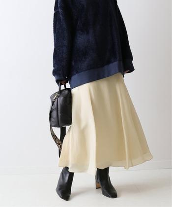 膝上までフィットしたすらりとしたラインと、軽やかに揺れるフレア部分がきれいな「マーメイドスカート」。  フェミニンな雰囲気になりたちですが、ブラックのレザーブーツを合わせることで、かっこいいアクセントに。