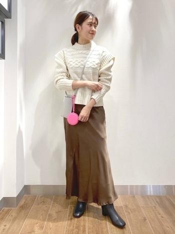 美しいツヤを放つ、「SHENERY」のマーメイドスカート。とても軽やかで、もこもこのボリュームニットと合わせても、重くなりません。