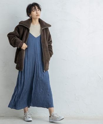 <カジュアルスタイル>  ふんわりとしたボリューム感を楽しめる、ビッグシルエットのボアブルゾン。すこし暖かい日には、薄手のスカートやワンピースを合わせて軽やかに。ブラウンにブルーは冬によく似合う定番のカラーリングです。