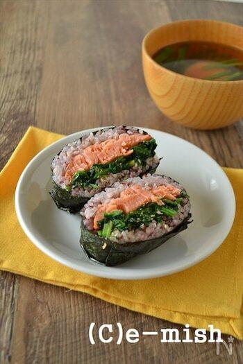鮭とほうれん草の胡麻和えを入れたおにぎらず。  ひと品で定食のような美味しさを味わえるおにぎらずです。栄養バランスもよく、お味噌汁をつければ満腹感もアップ。時間のない朝ごはんにもおすすめのひと品です。