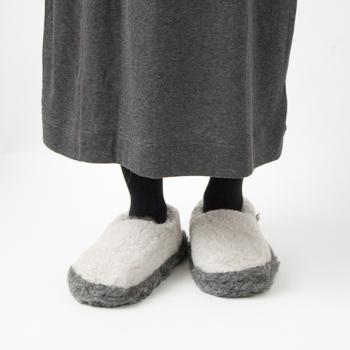 高品質のウール製品をウエアからルームシューズまで幅広く生産しているブランド、COLDBREAKER(コールドブレイカー)のルームシューズ。毛足の長いウールを使用しているので、履いた瞬間から暖か♪ツートンカラーがおしゃれです。