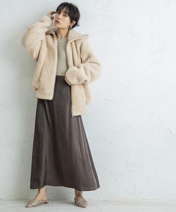 <きれいめスタイル>  ふんわりとやわらかなテイストのボアブルゾンは手触りも心地よく、おおきめの襟を立てれば寒さ対策もきっちりできます。ジップを開けるか閉めるかで、違ったテイストの着こなしができるのは嬉しいですよね。  ゆるやかなドレープを描くスカートの柔らかさとボアブルゾンのまろやかな柔らかさが上手にリンクしたお洒落コーデです。