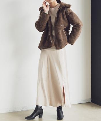 Aunt Marie's(アントマリーズ)のパイピングボアブルゾンは、ちょうどよいミドル丈。ロングスカートやワイドパンツとも相性が良く、もたつかず、バランスがとりやすい一着です。首元にはベルトが配され、他とはちょっと違ったアクセントになっています。