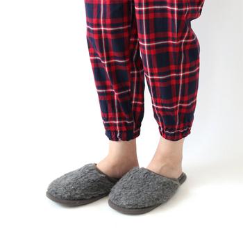 モコモコのスリッパは可愛いけれどお手入れが大変そう…という方におすすめなのが、こちらの「丸洗い出来るウールスリッパ」。型崩れの心配が少なく気軽に洗濯できるので、清潔を保つことができるのが魅力。思わず素足で履きたくなるような温もりです。