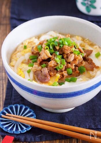 しっかり味付けした豚こま肉と、とろ~りたまごあんがおいしい肉うどんのレシピ。男性にもおすすめの食べ応えのあるひと皿です。冷凍うどんがあればパパっと作れるので、忙しい時の時短レシピとしても◎