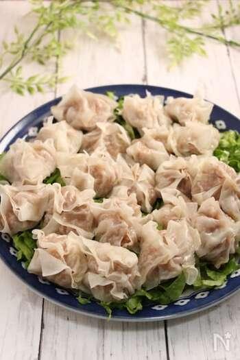 挽き肉の代わりに豚こま肉を叩いて作る簡単焼売のレシピ。みじん切りの玉ねぎと混ぜるだけのシンプル具材で手軽に作れますよ♪焼売の皮の包み方を簡単にしているので焼く時間を短縮できます。