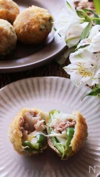 豚こま肉も立派なカツにアレンジできるレシピです。ピーマンや玉ねぎを豚肉で巻くのでボリュームアップ!野菜の食感も楽しめます。とろーりチーズが食欲をそそりますね。