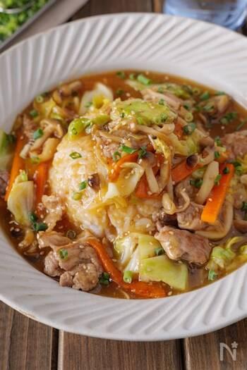 パパっと作れる豚こま肉のあんかけご飯。余った野菜の使い切りレシピとしてもおすすめです。サッと炒めて作るので時短にも◎オイスターソースと鶏がらスープの素でしっかり味に仕上がります。