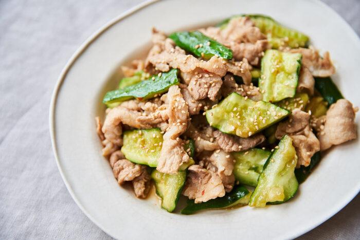 豚こま肉ときゅうりをサッと炒めて作るひと皿。豆板醤のピリ辛味でお酒が進みます!手早く炒めてキュウリのシャキシャキ食感を残すようにするのがおすすめ。