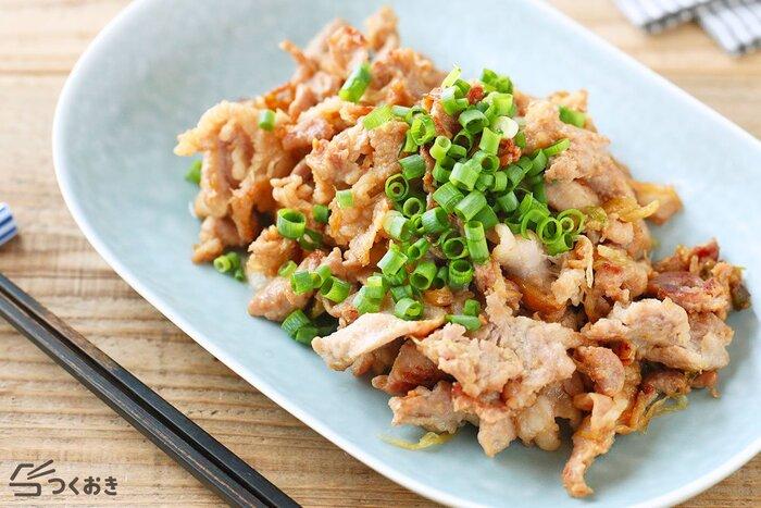 豚肉と長ネギをからしと味噌の下味に漬けこんでから焼くおかずのレシピ。下味に漬けた状態で作り置きしておくことができます。炒めると辛味がなくなるので子どもでも食べられますよ。