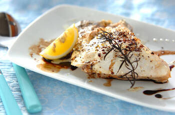 いつものブリカマ塩焼きをハーブソルトに変えて、食べる直前にキュッとレモンを絞れば、新しい味に出会えます◎ 副菜を洋食メニューで合わせられるところもいいですよね。メニューの幅が広がるレシピです。