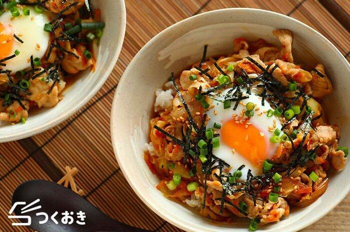 焼肉のタレを使った手早くできる丼のレシピ。ラー油も加えてピリ辛に仕上げているのでお箸の進む味わいに♪野菜は細く切ることで炒める時間の短縮になりますよ。