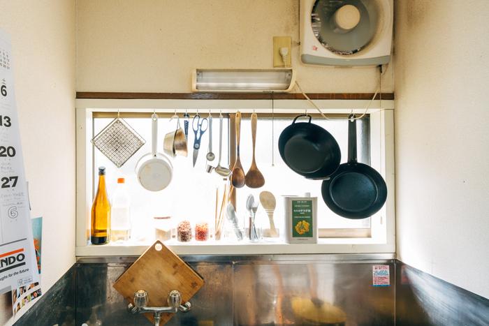 木べらやおたまなどの調理器具も、吊るして収納するとなんだかいい雰囲気。レトロなキッチンだからこそ、味わいとして感じられるのかもしれませんね。