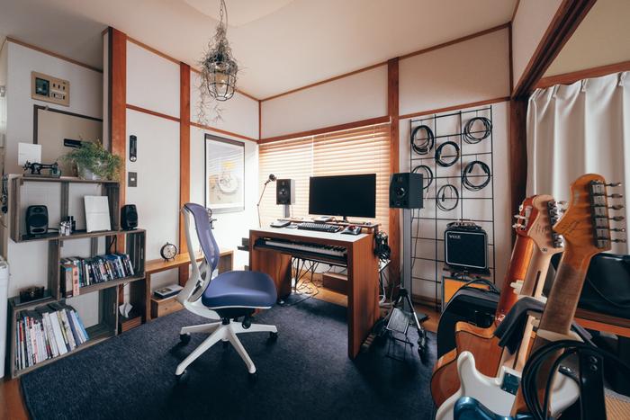 昭和モダンでスタイリッシュなお部屋を引き立てているのが、ネイビーの大判ラグマットです。大きめサイズを選んで床の大半を覆ってしまえば、畳の印象もかなり薄れますね。木の柱と壁の組み合わせなど、絶妙な「どこか懐かしい空気」がインテリアの魅力に。