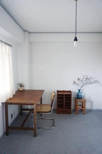 じゅうたん敷きのお部屋には、古道具やアンティークがよく合います。黒やステンレスなどの素材をミックスすれば、モダンな雰囲気に。
