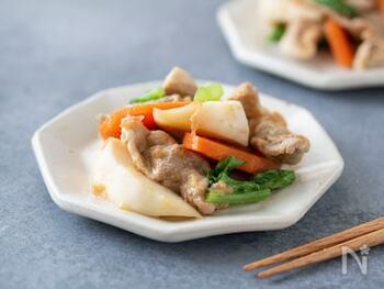 野菜もたくさん食べられる豚こま肉の炒め和えのレシピ。できたてもおいしいですが冷蔵庫で冷やしてもOKなので、作り置きやお弁当におすすめです。梅干しのたたきを加えるのがこのレシピのポイント。
