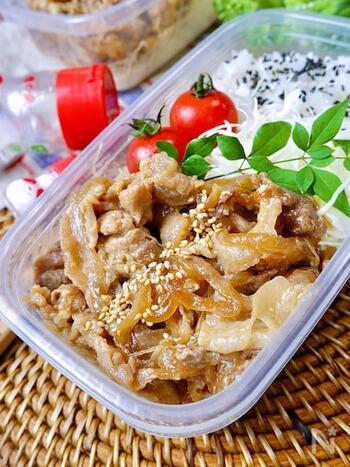 こちらの生姜焼きはお弁当にも入れやすいように油を抑えたレシピになっています。豚こま肉をサッと茹でて油を落とすのがポイント。味の素で旨味を加えているので、冷めてもおいしいですよ。