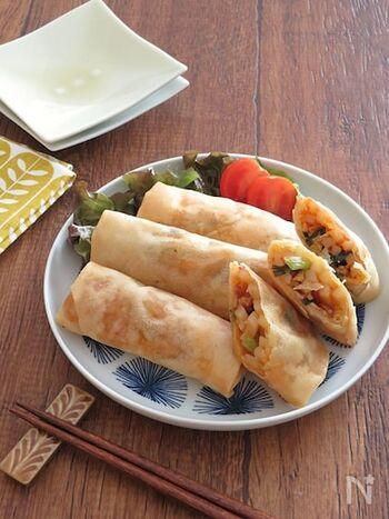 豚キムチうどんを春巻きで包んだおつまみにぴったりなレシピ。キムチのピリ辛とニラの風味がお酒と相性抜群です。うどん入りで食べ応えもばっちり♪