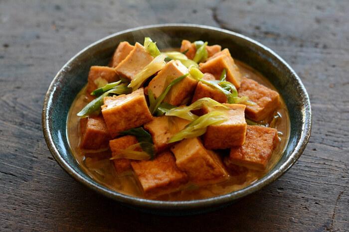 こってり甘辛味がおいしい厚揚げの煮物。ごま油、ねぎ、生姜をほんのりときかせた、ごはんが進む味付けです。