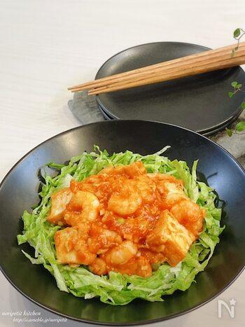 少なめのエビを厚揚げでカサ増ししてボリュームアップ。食べ応え満点のひと皿に。レンジで調理できちゃうお手軽さもうれしいですね。