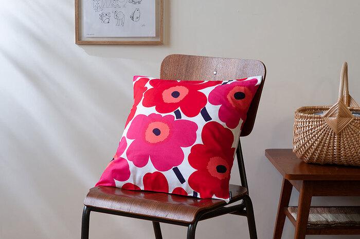 代表的なデザインが、Unikko(ウニッコ)です。家庭の庭にも植えられる身近なケシの花をかたどったもので、大柄で大胆な柄に、ビビットな色合いが特徴的。もともと創業者のラティアは、デザインされた花のパターンは自然の花には及ばないと考え、「花をデザインしないように」と言っていました。ところがデザイナーのマイヤ・イソラはこのデザインを生み出し、ラティアに認めさせたそう。イソラの強い意志がなかったら今のUnikkoもなかったと考えると、不思議な気持ちになりますね。