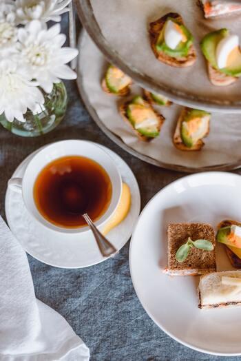 日本でも人気のアフタヌーンティーは、スコーンやキュウリのサンドイッチ、華やかなケーキ類などが、2 - 3段重ねのケーキ(ティー)スタンドに、見た目も華やかに盛られているのが一般的なスタイルです。 順番としては一番下の段にサンドイッチ、真ん中はスコーンなどの焼き菓子、そして一番上の段はフルーツやケーキなどのデザートが定番ですが、下からサンドイッチ、温料理、デザートだったり、2段の場合は食事系とデザート系に分かれたり、いろいろあり、ケーキスタンドの他に一口スイーツがついたり、料理がついたりすることも。