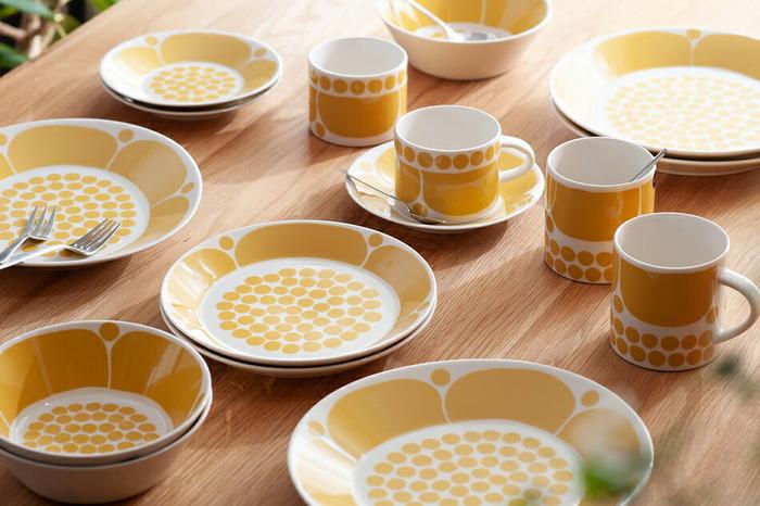 他にも、心が躍る黄色を基調としたSunnuntai(スンヌンタイ)、日本のドラマで使われたことから人気が高まった24h Tuokio(24h トゥオキオ)など、生み出されてきたデザインはさまざま。印象的なデザインも数多くありますが、使い勝手がよく和洋中問わずどんな料理にもマッチしてくれます。辛いことが起こった時も、悲しいことが起こった時も、「美しい日常」というモットーの通り毎日を明るくしてくれるようなデザインです。