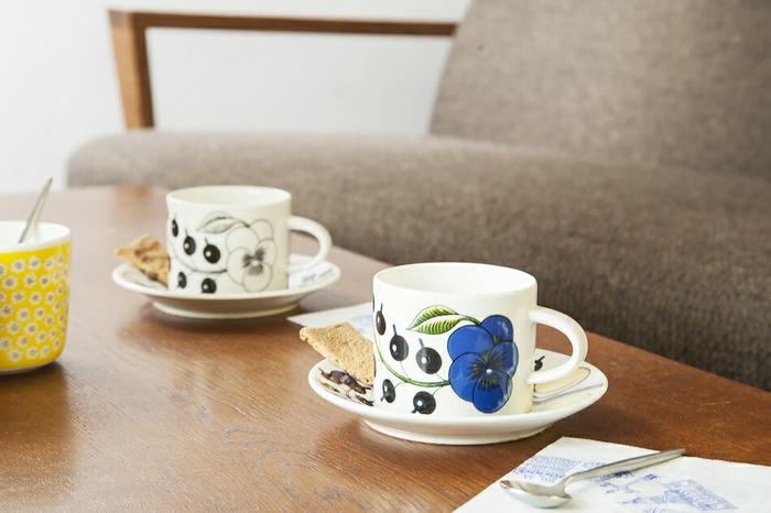 """そんなアラビアを代表するデザインのひとつが、""""陶芸界のプリンス""""とも呼ばれたビルイエル・カイピアイネンによるParatiisi(パラティッシ)です。1969年に生み出されたこちらのデザインの特徴は、大柄で大胆に描かれた草花や果物たち。ひとつひとつ異なる筆遣いや色ムラが感じられ、フィンランド語で「楽園」という意味のブランド名の通り、上品で心が安らぐようなうつわです。"""