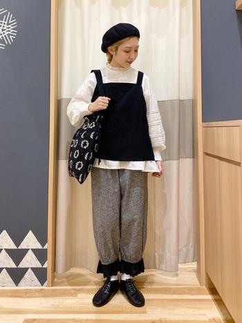 ナチュラル可愛いコーディネートには、フラワーリース刺繍の巾着バックをプラス。モノトーンでコーディネートが組まれているので、バッグの刺繍が引き立ちます。