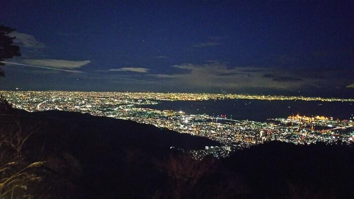 登ってみると、この夜景です。海の暗闇も含めて美しいので、レンタカーやロープウェイなどで登ってみてくださいね。