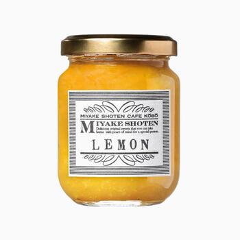 岡山県倉敷市のカフェでは、地元の生産農家さんから仕入れたフルーツを使ったジャムを作っています。なかには形が不揃いだったり、傷があって市場に出ないものも無駄にすることなく加工しているそう。  しまなみ産レモンを皮ごと使用したマーマレードジャムは、仕上げに加えたほんの少しのリキュールが風味をアップ。爽やかな香りが朝食にぴたりですよ。