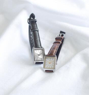 オフィスでも使えるCASIO(カシオ)の時計は、クロコダイル型押しのかっちりとしたレザーベルトにシンプルな四角いフェイス。フェイスが小さめなのでアクセサリー代わりに付けられるアイテムです。